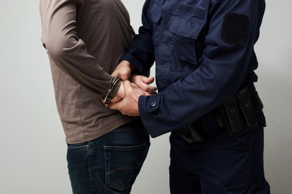 Die Polizei hat einen dringend tatverdächtigen Mann (48) festgenommen. (Symbolbild)