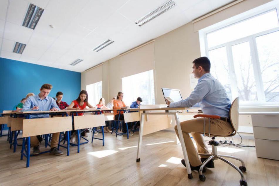 Der Lehrer unterrichtete die Schüler, obwohl er Probleme beim Lesen und Schreiben hat. (Symbolbild).