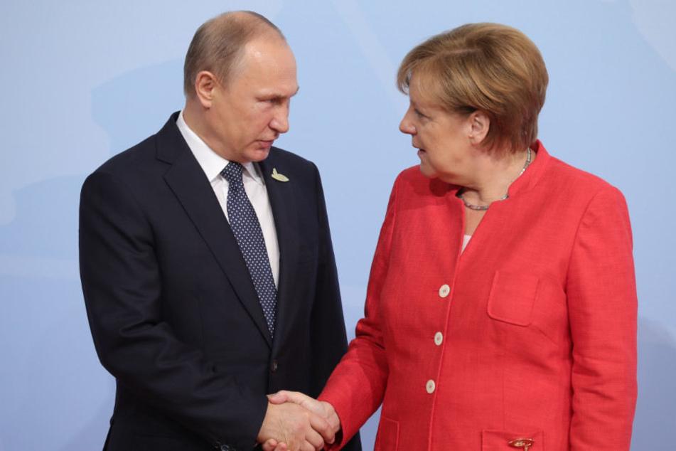 Angela Merkel begrüßt Wladimir Putin beim G20-Gipfel in Hamburg.