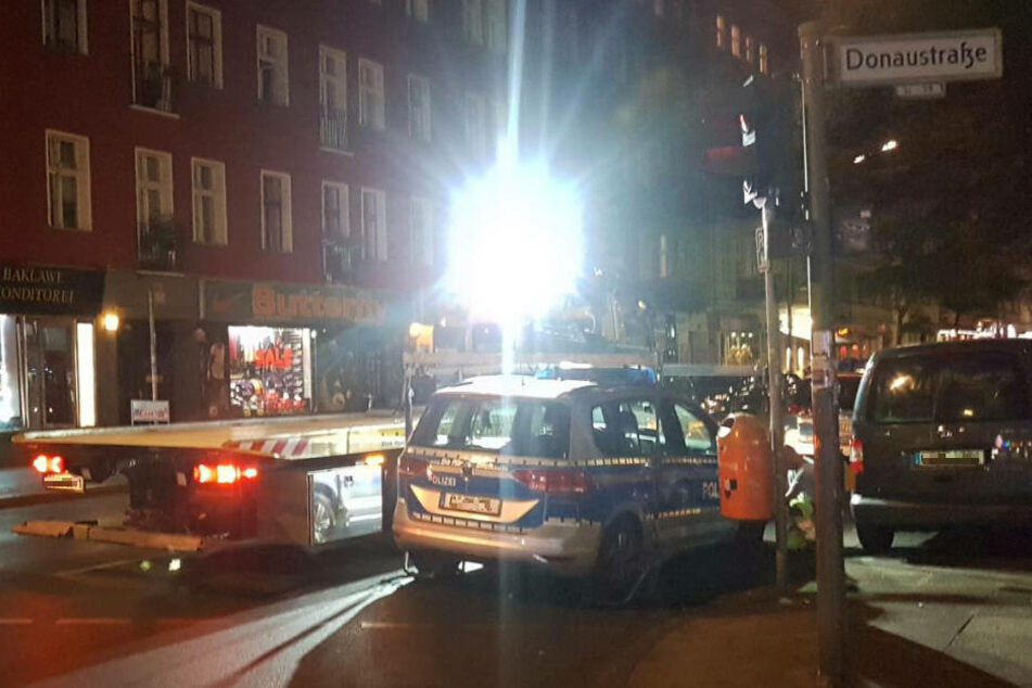Der Einsatzwagen wurde unter dem Gelächter von Schaulustigen zu einem Polizeiabschnitt transportiert.