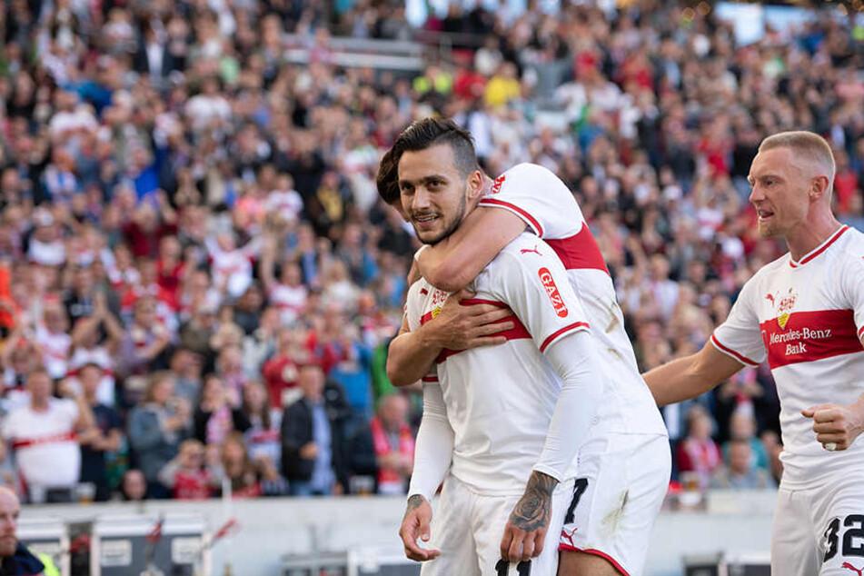 Stuttgarts Anastasios Donis (l-r) bejubelt sein Tor zum 1:0 zusammen mit Mario Gomez und Andreas Beck.
