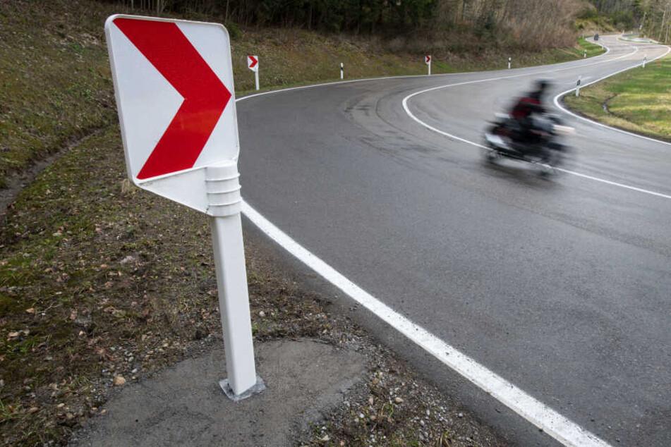 Durch Schmutz auf der Straße kam der Motorradfahrer ins rutschen. (Symbolbild)