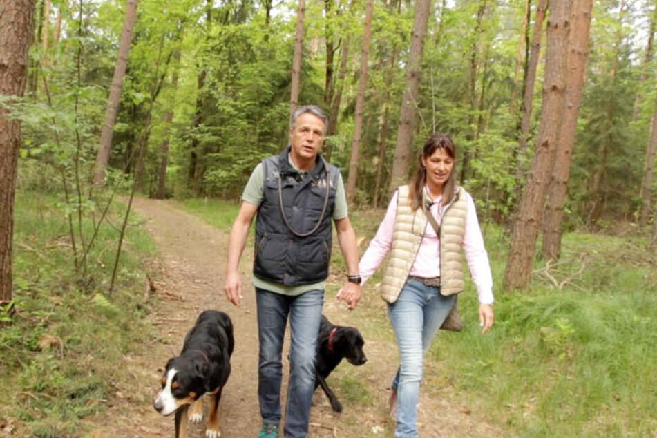 Uwe Neuhaus mit Frau Britta und den beiden Hunden in der Dresdner Heide. Mit diesen Bildern startet der Film.