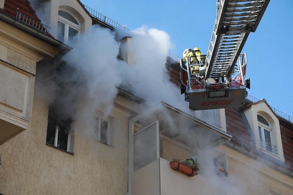Dicke Rauchschwaden dringen aus den Fenstern.