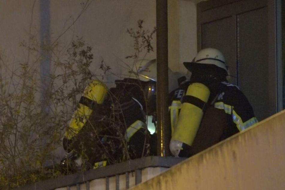 Die Feuerwehr dringt in die Wohnung vor.