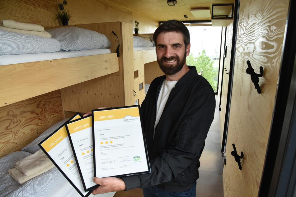Stolz zeigt Betreiber Jan Hesse (41) die Urkunden der Zertifizierung vom Deutschen Tourismusverband.