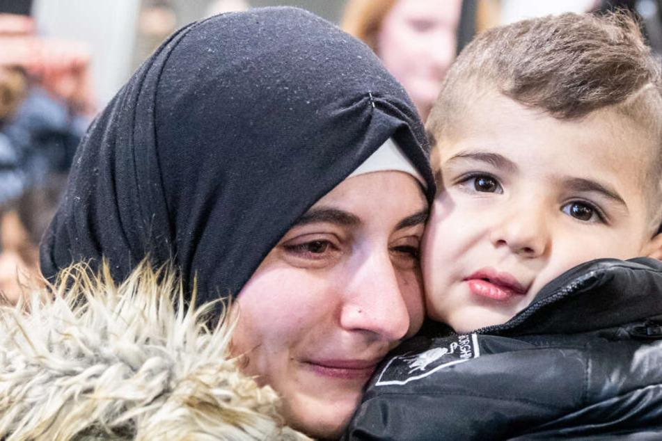 Rührend: Kleiner Junge sieht seine Familie nach 2 Jahren wieder!