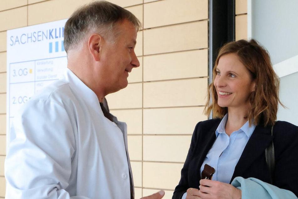Dr. Roland Heilmann (Thomas Rühmann) ist seit Wochen auf der Suche nach seiner Straßenbahn-Bekanntschaft und dann begegnet er ihr (Julia Jäger) ausgerechnet in der Sachsenklinik wieder.