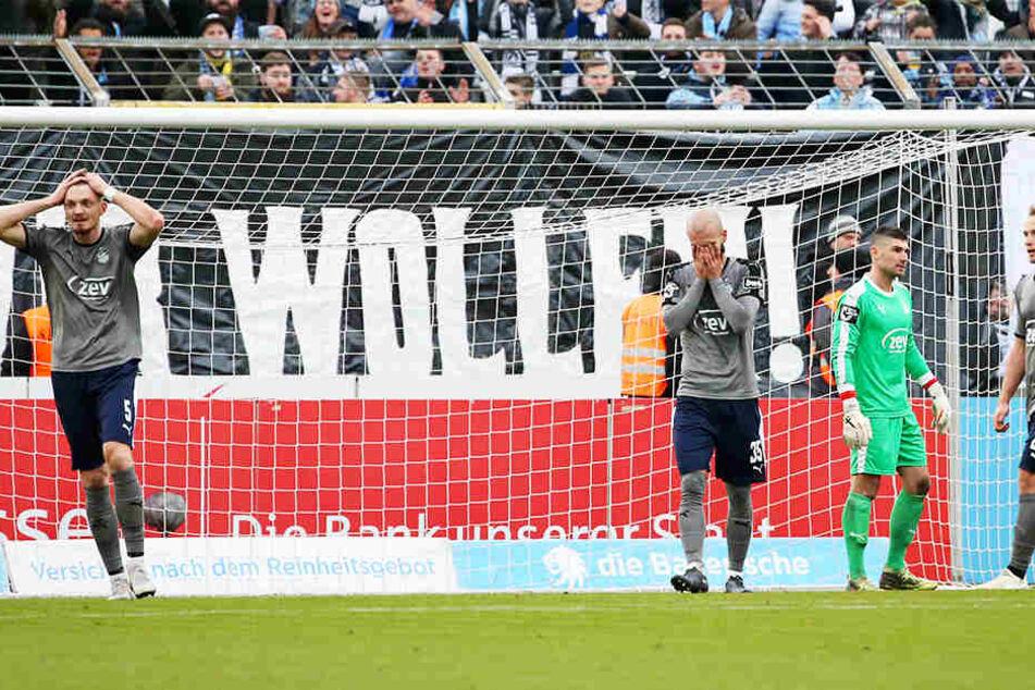Nico Antonitsch (M.) und seine Zwickauer konnten es nicht fassen - gerade hatte der FSV den zweiten Gegentreffer kassiert.