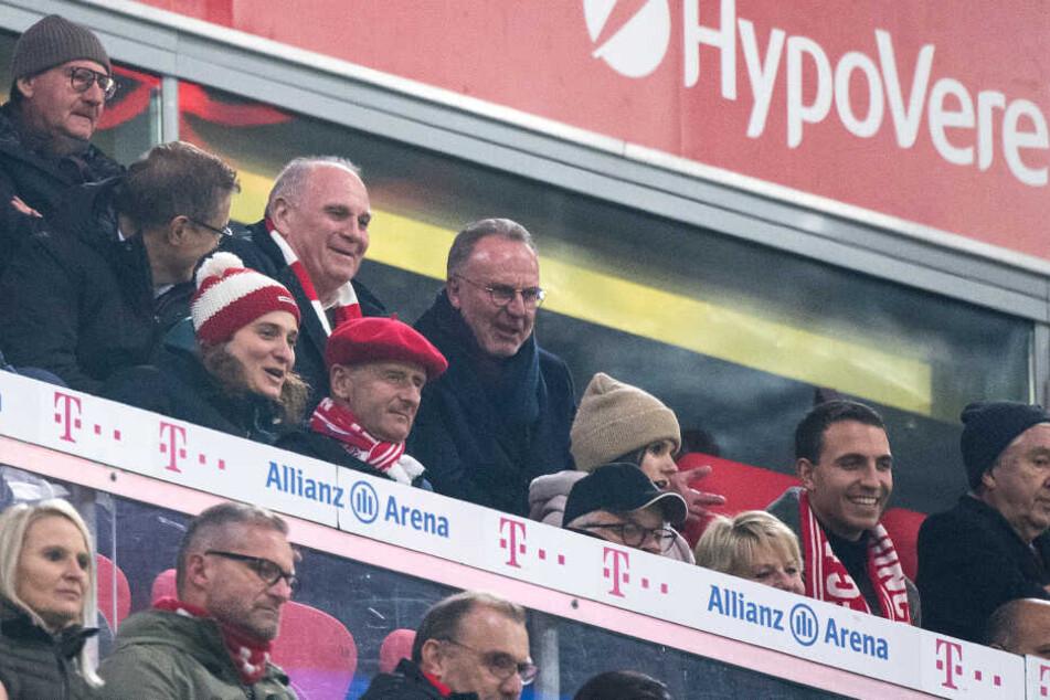 Bayern Münchens Vorstandschef Karl-Heinz Rummenigge (Mitte r) und Präsident Uli Hoeneß (l) auf der Tribüne in der Allianz Arena.