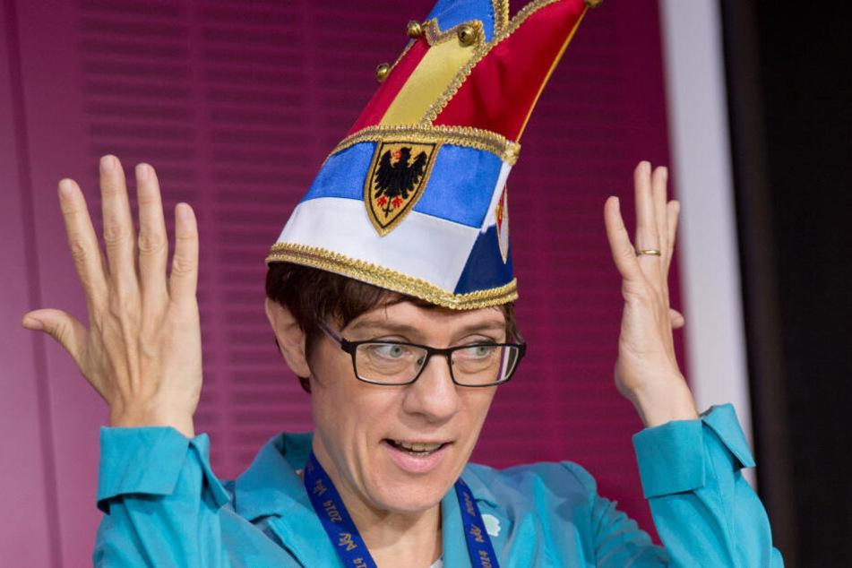 """Annegret Kramp-Karrenbauer wird als neue Ritterin des Ordens """"Wider den tierischen Ernst"""" des Aachener Karnevalvereins vorgestellt. (Archivbild)"""