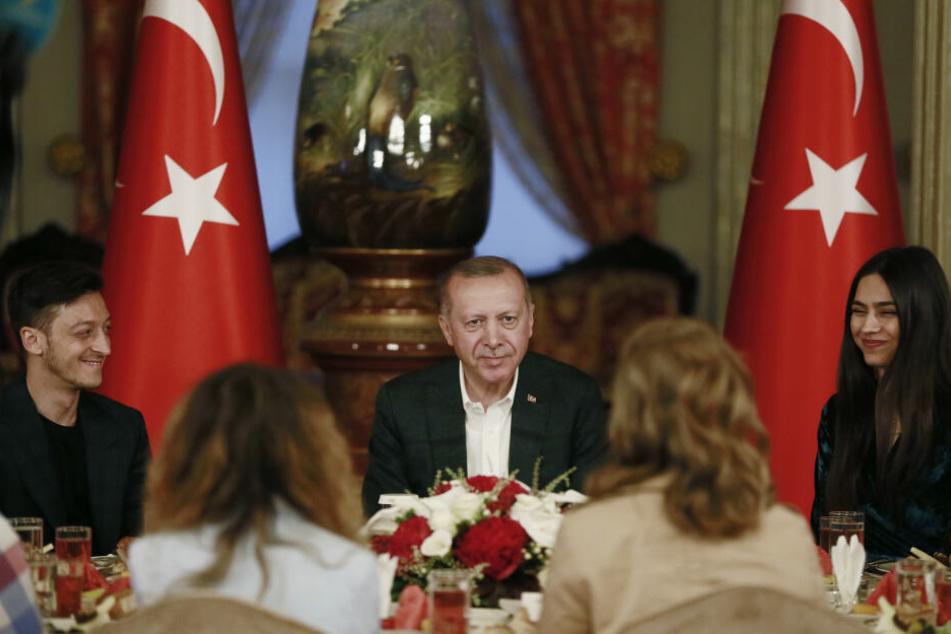 Im Mai dieses Jahres trafen sich unter anderem Recep Erdoğan, Mesut Özil und Amine Gülşe an einem Mahl am Abend während des muslimischen Fastenmonats Ramadan teil.