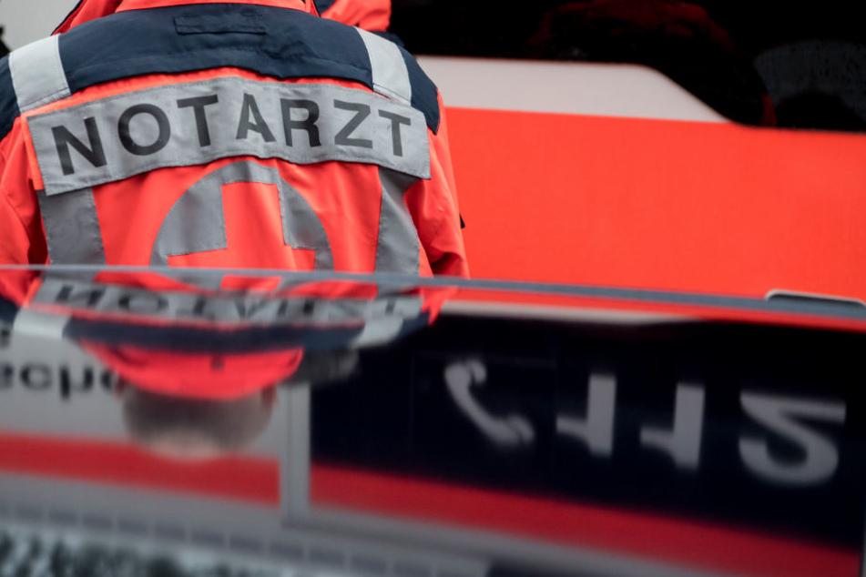 Schwere Verletzungen hat eine 53 Jahre alte Frau in Warmbach (Kreis Lörrach) erlitten, als sie einem Autofahrer beim Wenden helfen wollte. (Symbolbild)