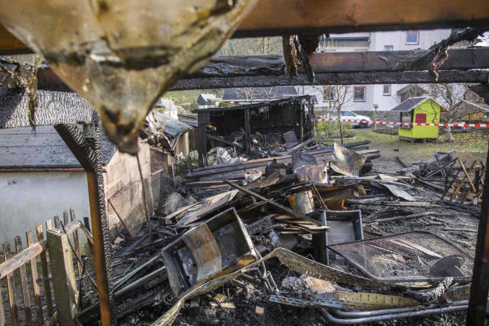 Von Schuppen, Carport und Pavillon ist nach dem Brand nicht mehr viel übrig geblieben.