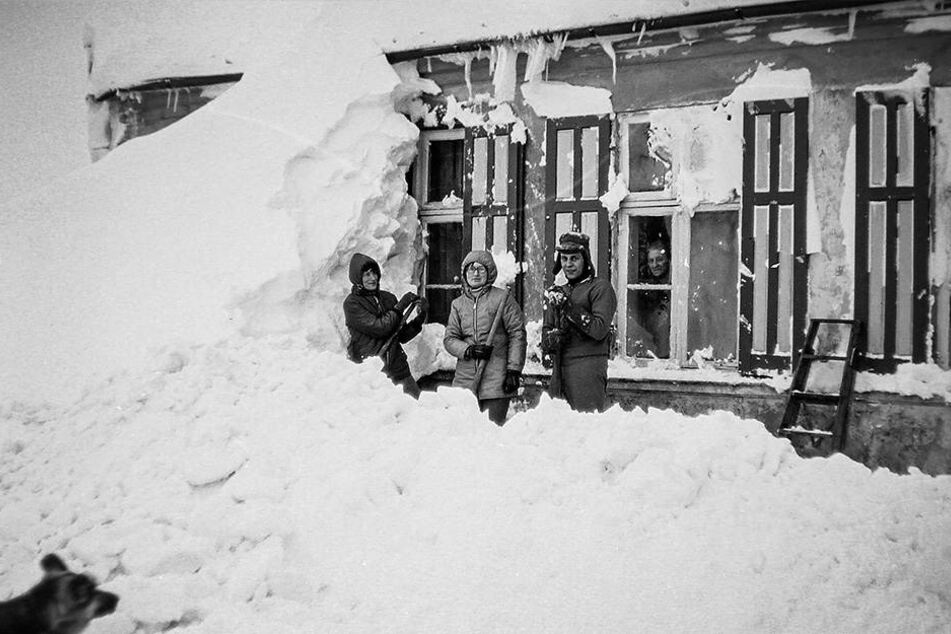 Bewohner dieses Häuschens befreien im Katastrophenwinter 1978/79 ihre Fenster von angewehten Schneebergen.
