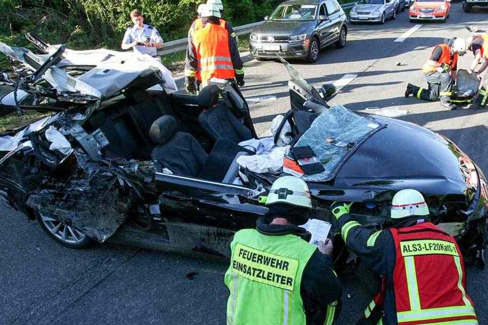 Rettungskräfte mussten das Dach aufschneiden, um den schwer verletzten Mann zu bergen.