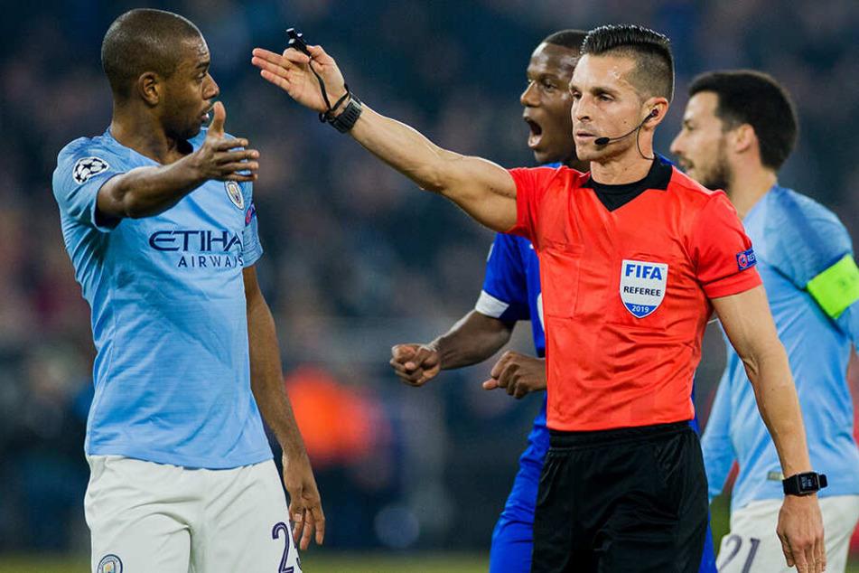 Schiedsrichter Carlos del Cerro Grande (vorne-rechts, Spanien) gab zwei Elfmeter für Schalke und hatte auch sonst einen kurzen Draht zum Video-Schiedsrichter.