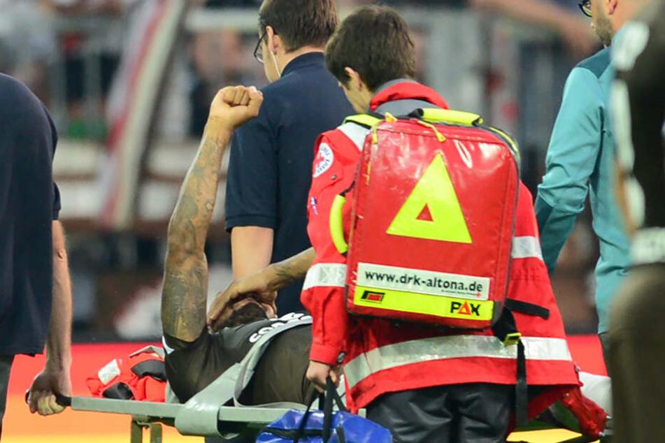 Christopher Avevor wird mit Wadenbeinbruch von den Sanitätern vom Platz getragen.