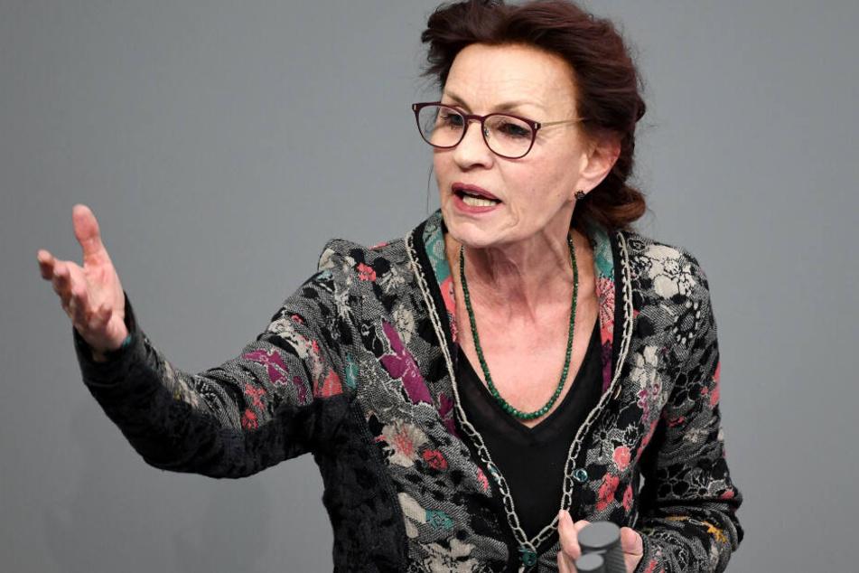 Ulla Jelpke (67) während einer Rede im Bundestag.