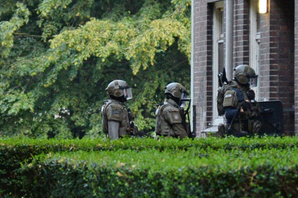 Polizisten des SEK stürmen das Wohnhaus.
