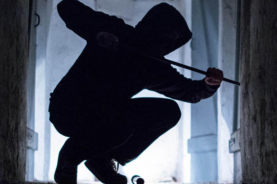 Ein Einbrecher drang in ein britisches Anwesen und ermordete dort eine Frau.