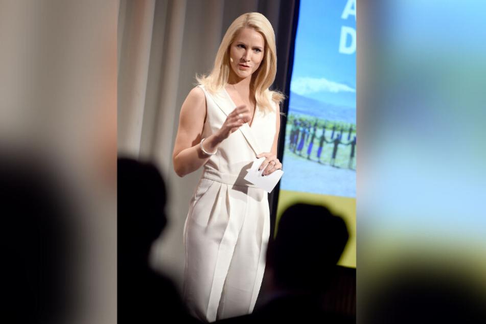Die Moderatorin Judith Rakers spricht auf einer Bühne zu ernsten Themen.