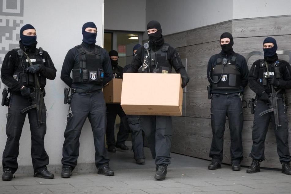 In Görlitz stürmte die Bundespolizei die Wohnung eines Urkundenfälschers.