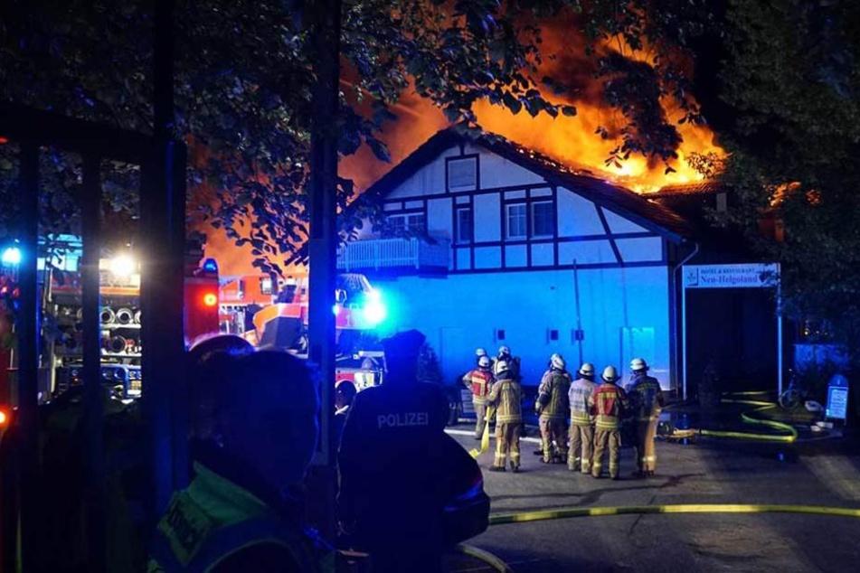 Die Flammen schossen meterhoch aus dem Gebäude.