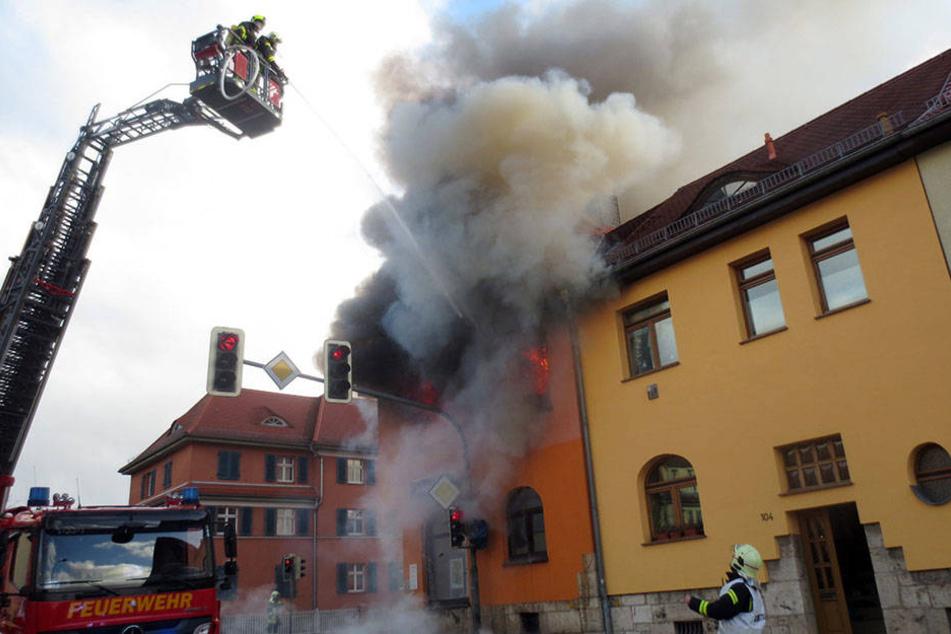 Flammen und dichte Rauchwolken schlagen aus den Fenstern des Eckhauses am Weimarer Stadtring.