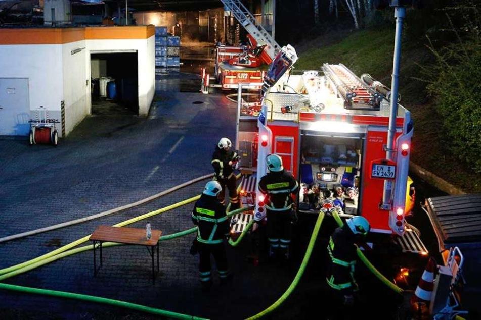 Die Feuerwehr löschte den Brand, zwei Männer wurden lebensgefährlich verletzt (Symbolbild).