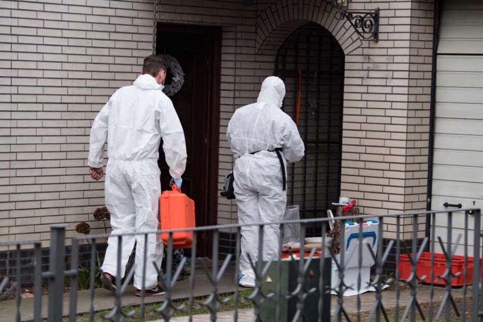 Kriminaltechniker der Polizei untersuchen das Haus des Schwagers.