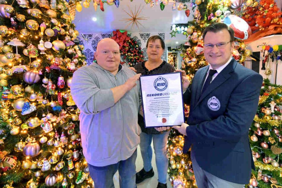 Eine Weltrekordurkunde erhalten Susanne und Thomas Jeromin von Olaf Kuchenbecker (r), dem Geschäftsführer vom Rekord-Institut für Deutschland.