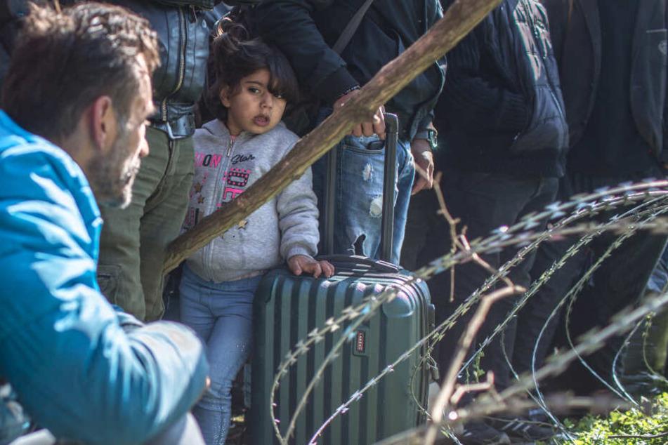Am türkisch-griechischen Grenzübergang Pazarkule haben Tausende Flüchtlinge die Nacht unter freiem Himmel verbracht.