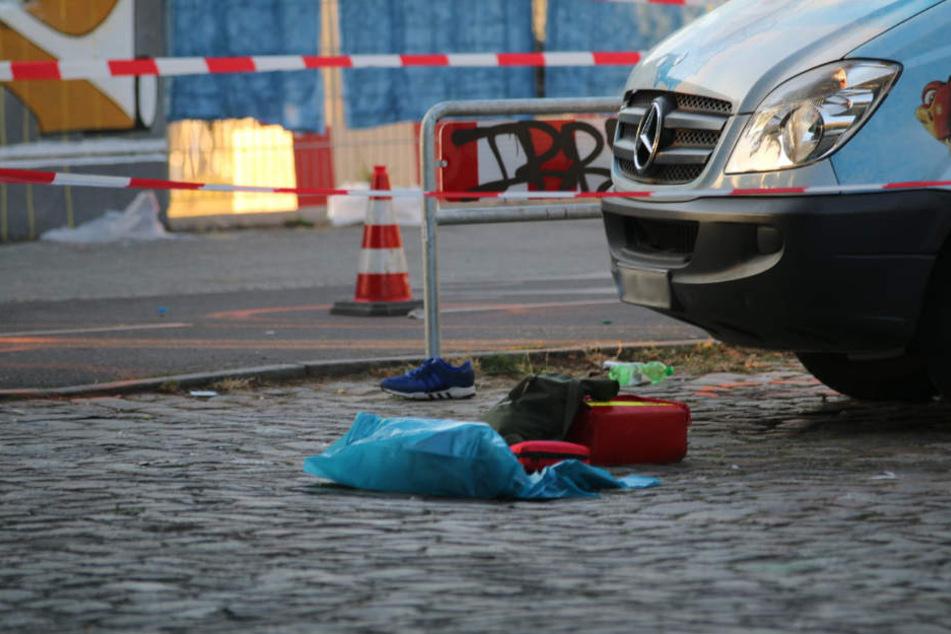 Vermutlich persönliche Gegenstände des Opfers liegen auf der Straße.