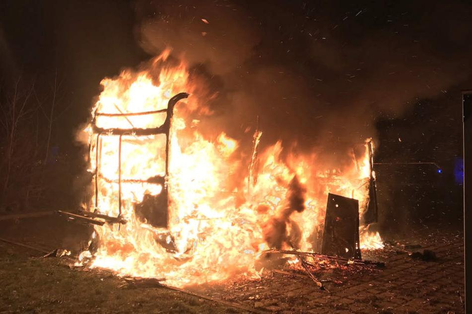 Teenager stecken Feuerwerkskörper in Wohnwagen