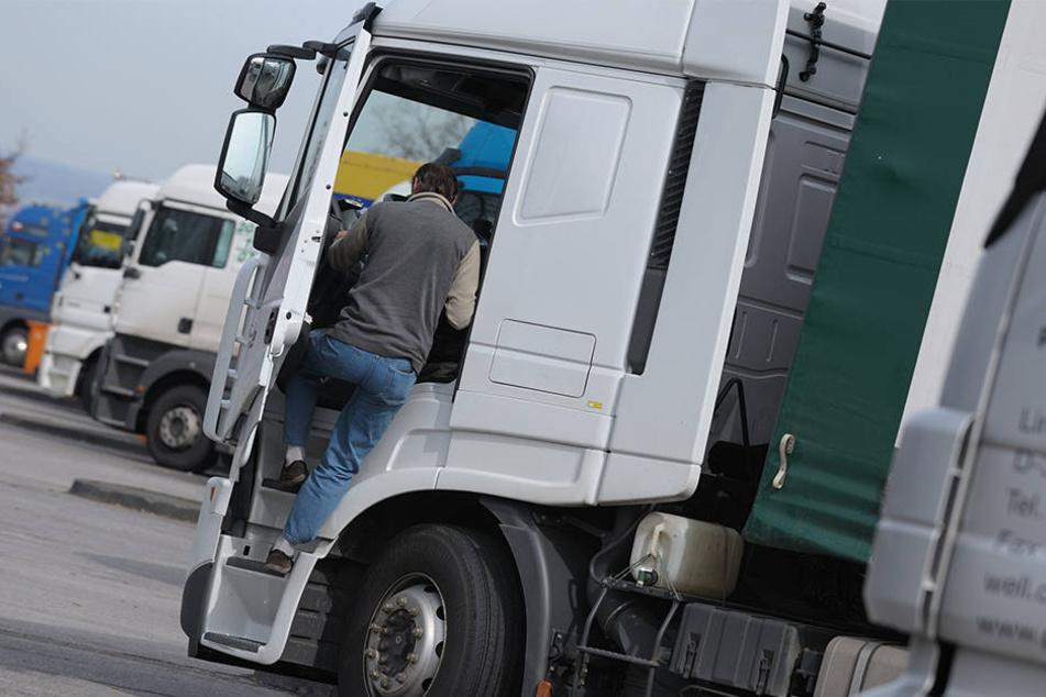 Am Abend hatte der Mitarbeiter der Transportfirma seinen Sattelschlepper an einer Straße abgestellt, als er in der Nacht wieder starten wollte, war das Fahrzeug verschwunden (Symbolbild).