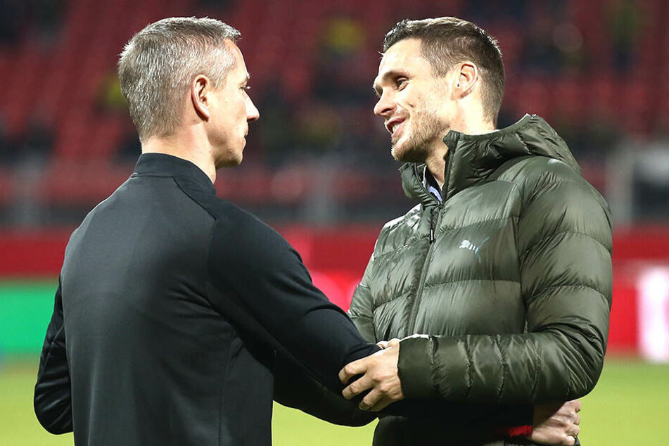 Es war das erste Spiel für den neuen Nürnberger Sportlichen Leiter Marek Mintal (links), der hier von Sebastian Kehl begrüßt wird.