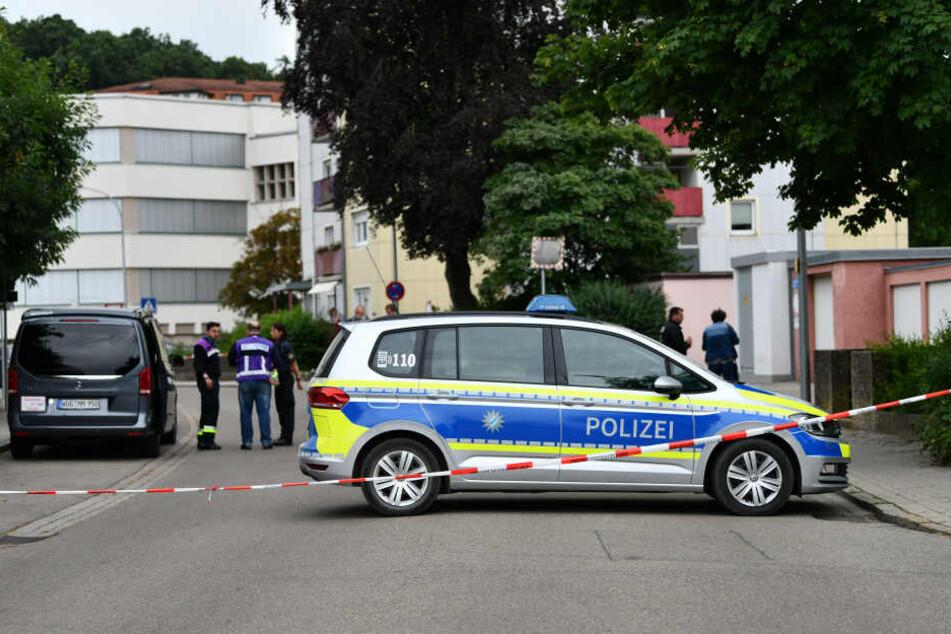 Ein Polizeiauto steht am Tatort in Gunzenhausen. Im Juni 2018 starben hier eine Mutter und ihrer drei Kinder.