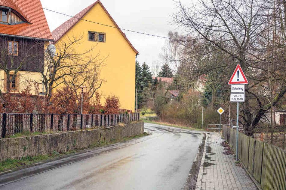 Achtung, Schulweg! Die Hühndorfer Straße in Sachsdorf passieren regelmäßig Kinder.