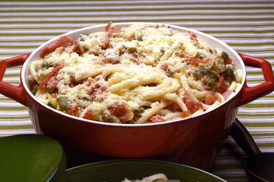 Ein simples Nudelgericht mit der typischen Sauce aus Tomaten, Speck, Olivenöl und Pecorino-Käse mit einem Hauch Chili hilft nun, Gutes zu tun und zu schlemmen!.