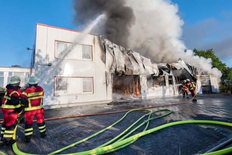 Mehr als 100 Löschkräfte im Einsatz: Lagerraum von Fleischerei steht in Flammen