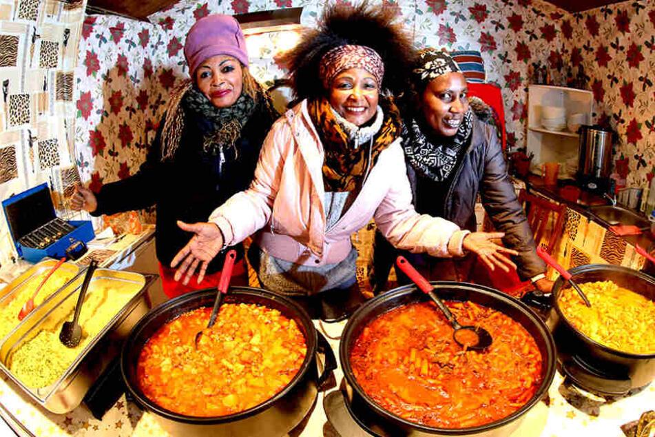 Krokodil-Gulasch und Zebra-Couscous aus Kenia bieten Rosaida (46), Mary (40)  und Nancy (44) an.