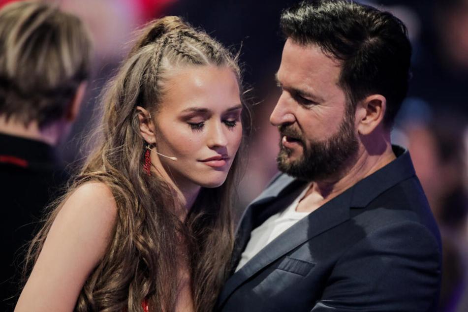 """Laura Müller, TV-Persönlichkeit, und Michael Wendler, Sänger, unterhalten sich in einer Werbepause der RTL-Tanzshow """"Let's Dance""""."""