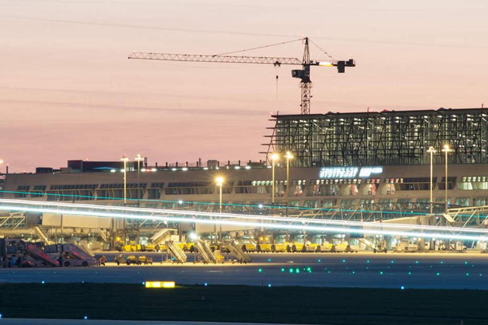 Zu viele Passagiere in zu vollen Terminals. Der Stuttgarter Flughafen will Millionen investieren. (Symbolbild)