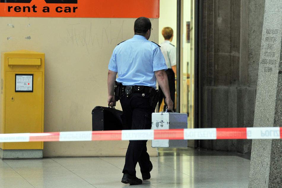 Der herrenlose Koffer lugte aus einem offenen Spint in der Vorhalle des Hauptbahnhofs.