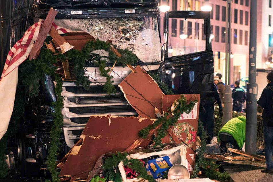 In Berlin ist am Montagabend ein Lastwagen über den Weihnachtsmarkt an der Gedächtniskirche gerast.