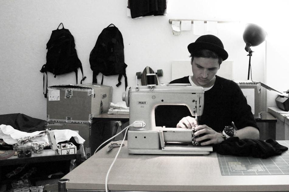 Eike Lang (27) schneidert mit seiner Nähmaschine in der heimischen WG.