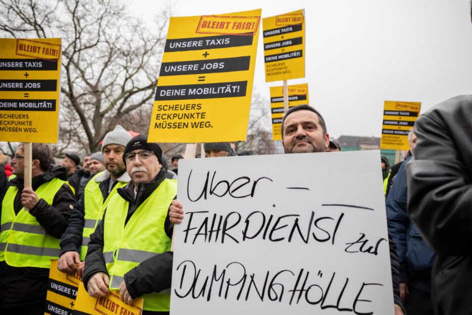 Protestaktion! Taxifahrer kämpfen um ihre Jobs