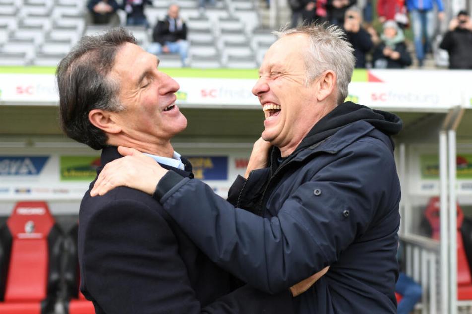 SC-Freiburg Trainer Christian Streich (rechts im Bild) herzt VfL Wolfsburg-Coach Bruno Labbadia vor dem Bundesligaspiel am vergangenen Wochenende.