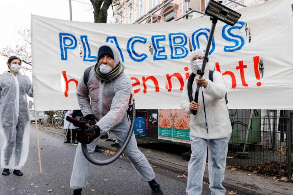 Die Umweltschützer protestierten in weißen Overalls und mit Staubsaugern in der Hand gegen die Dieselabgase.